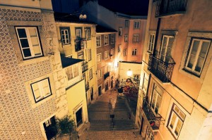 Λισαβόνα Ιστορία Typical urban scene in the narrow streets of Lisbon, Portugal, at night-1400